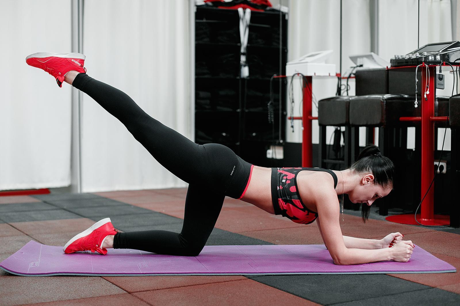 Отведение ноги назад: вариации и техника выполнения в домашних условиях | для девушек и мужчин