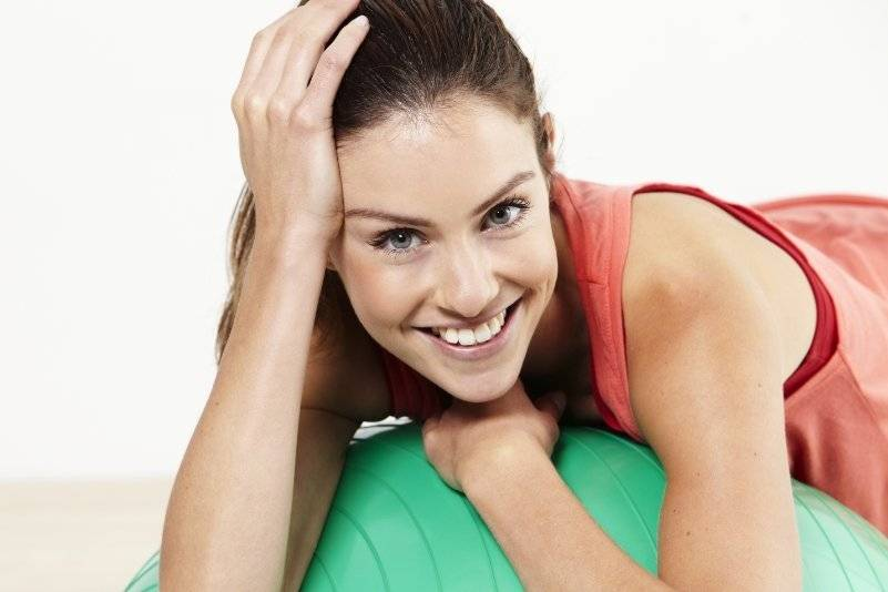 Можно ли во время месячных заниматься спортом: стоит ли ходить в зал, почему и какие упражнения и занятия нельзя при менструации, задержка