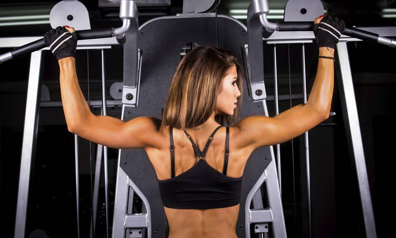 Тренировка спины для девушек в тренажерном зале: программа тренировок на спину в зале для девушек, видео