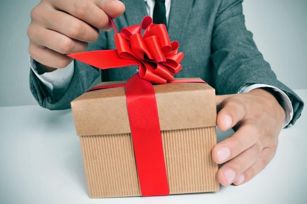 Значение подарков для женщин от мужчин: можно ли дарить это?