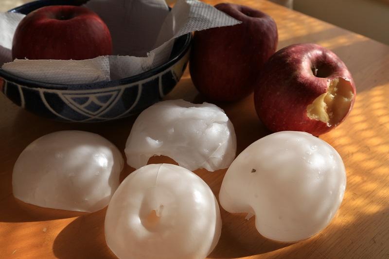 Как убрать воск с яблок: можно ли удалить горячей водой, снять восковой слой содой и лимонным соком, нужно ли это делать?