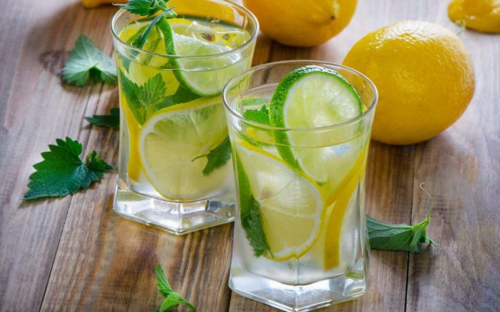 Вода с лимоном: польза и вред натощак, для похудения, рецепты, отзывы
