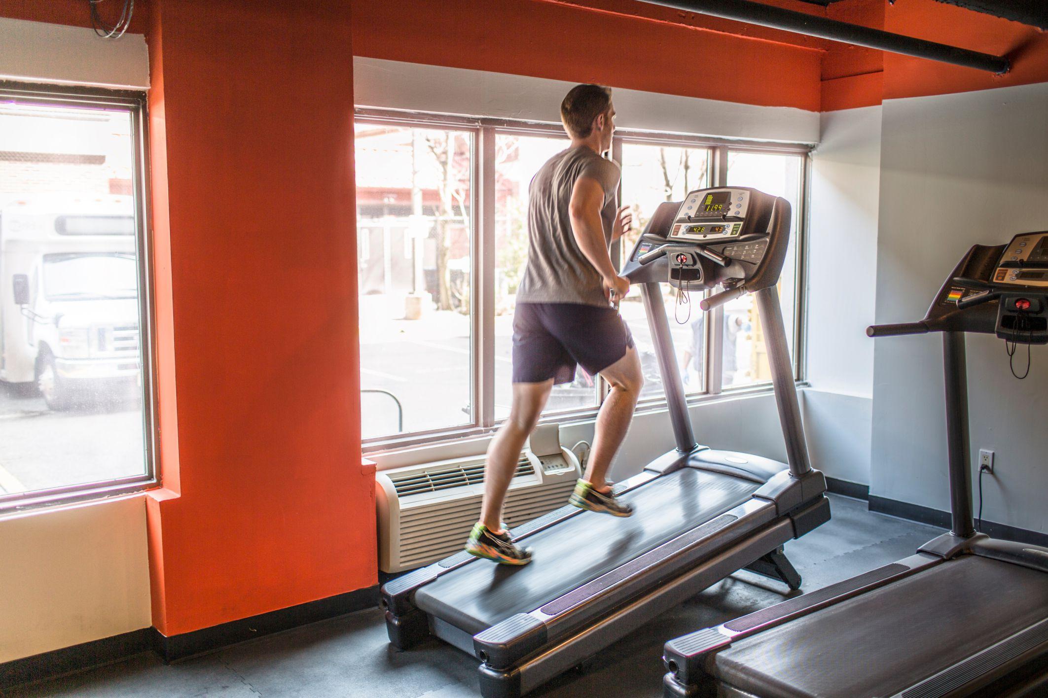 О ходьбе на дорожке для бега для похудения: как правильно ходить женщинам