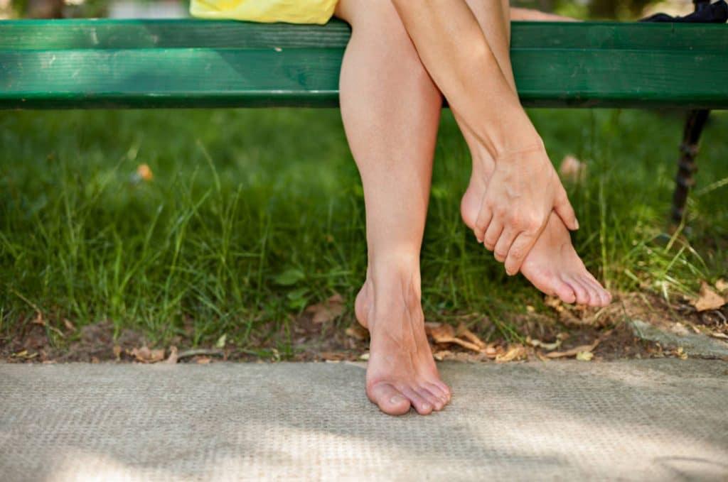 Отек ног: в чем может быть причина, есть ли опасность и как быстро убрать