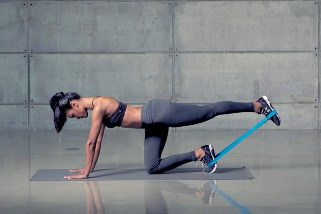 Упражнения для ягодиц с резинкой: тренировки с эластической фитнес лентой для красивой попы в домашних условияхwomfit