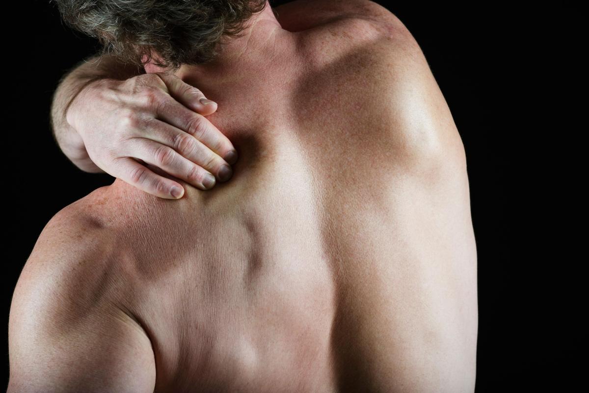 Причины возникновения боли в спине между лопатками