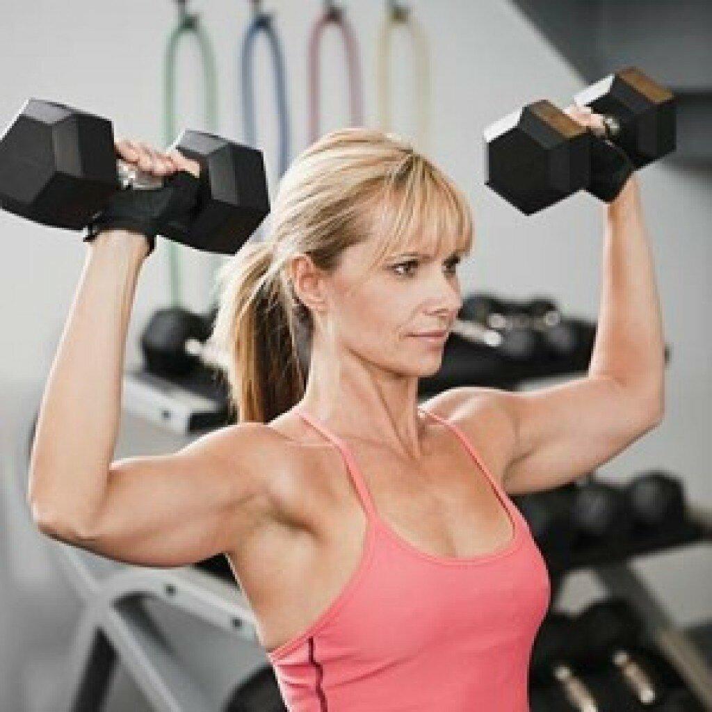 Зарядка для женщин после 50 лет в домашних условиях: спорт, гимнастика, комплекс физических упражнений, можно ли накачать мышцы, как заняться физкультурой?