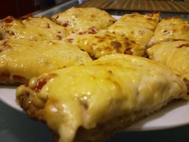 Белковая пицца на тесте из куриного филе – кулинарный рецепт