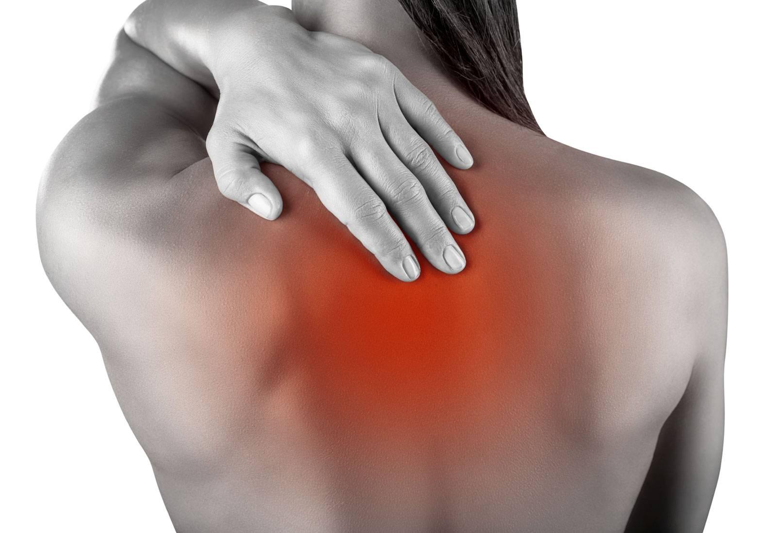 Боли между лопатками в позвоночнике, которые отдают в грудину