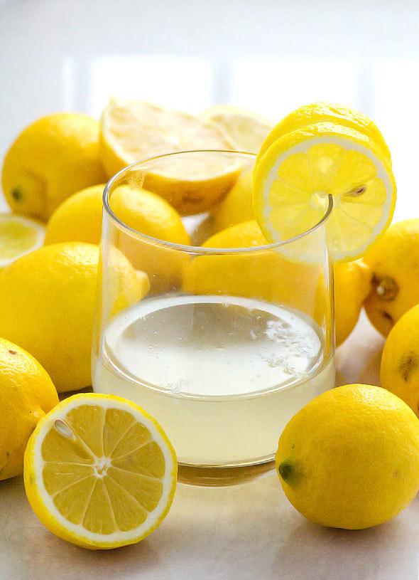 Какова польза воды с лимоном для организма, есть ли вред, когда лучше и сколько пить утром, днем, на ночь, натощак