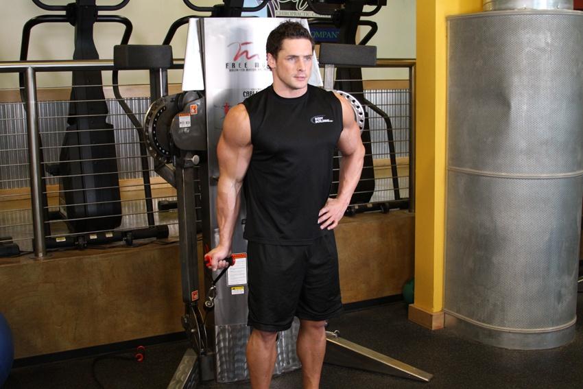 Опускание прямых рук на блоке. упражнение тяга верхнего блока вниз прямыми руками стоя. тренировка грудных мышц в кроссовере