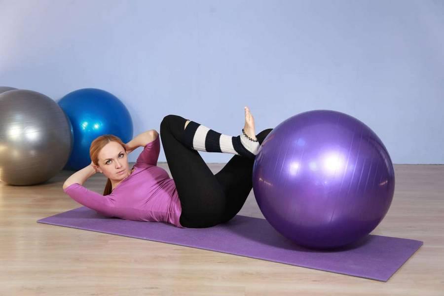 Упражнения для позвоночника на фитболе - фотоинструкция и советы!