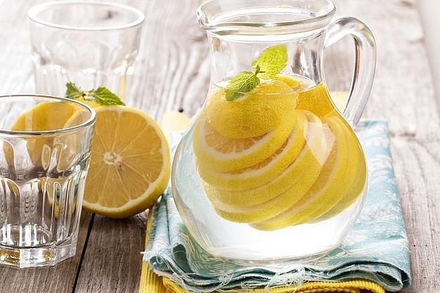В чем польза и вред воды с лимоном: плюсы и минусы, противопоказания напитка, сколько пить