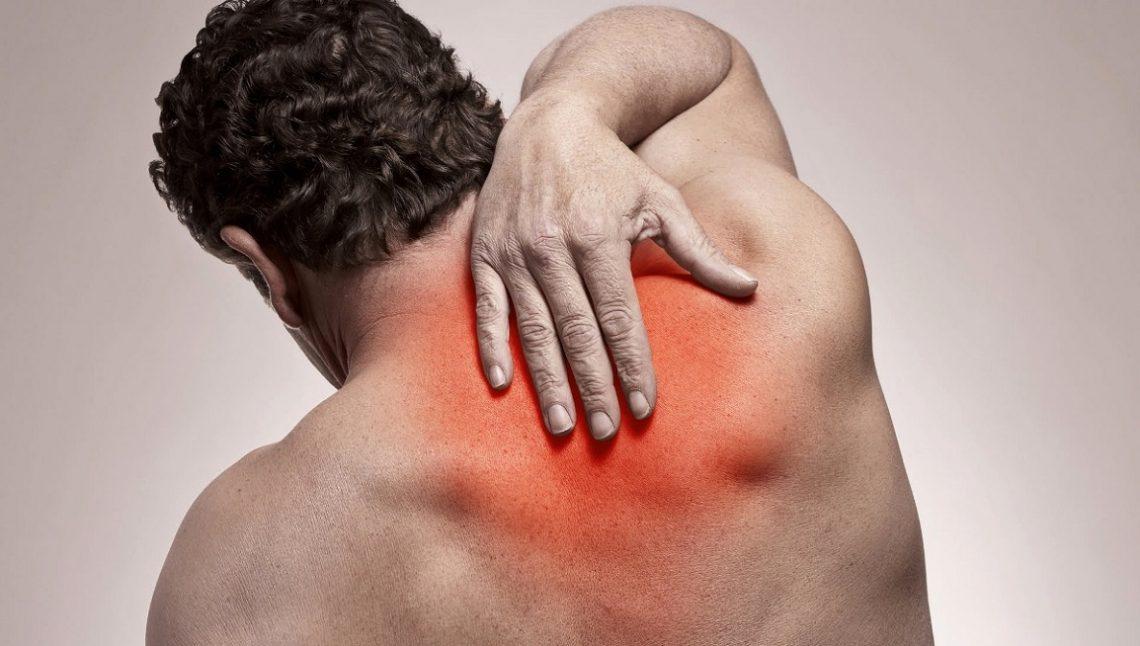 Боль между лопатками в позвоночнике и отдает в грудину: причины, лечение