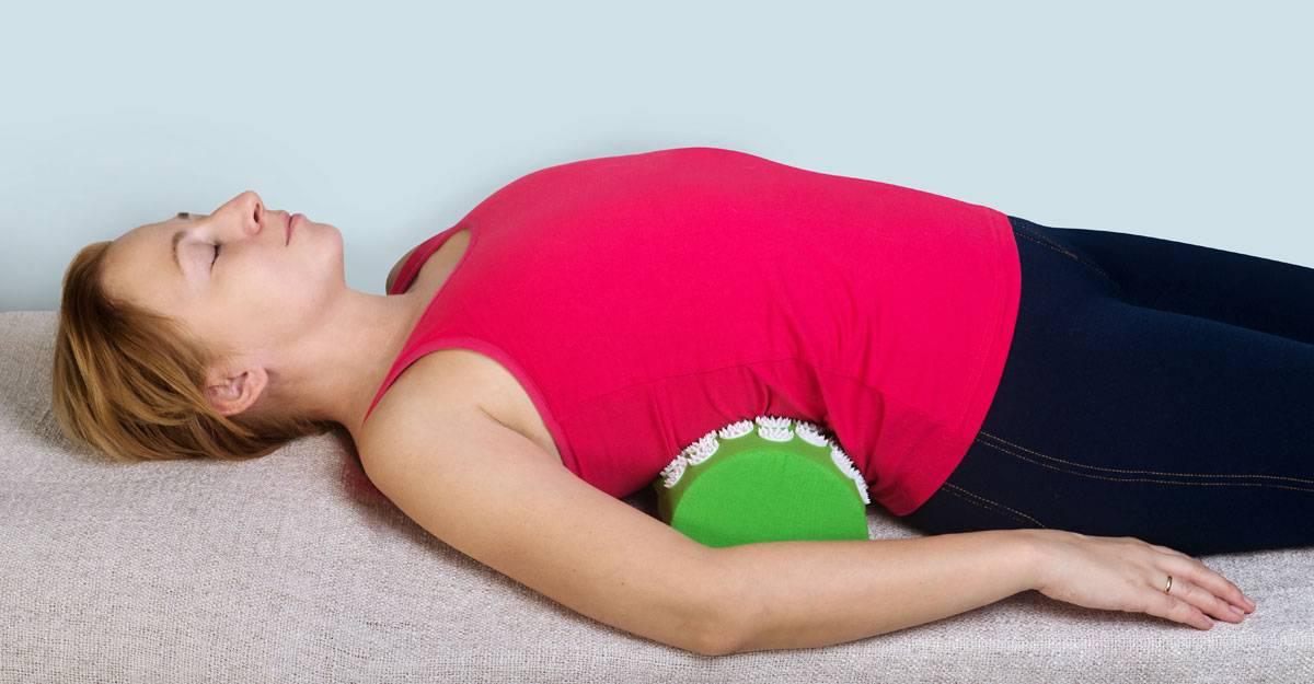 Упражнение для спины с валиком под поясницу: фото, видео, противопоказания