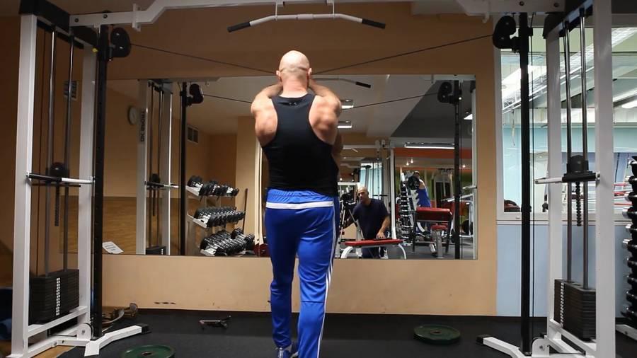 Сведение рук – упражнения в кроссовере на верхних блоках: вариации для верха и середины груди