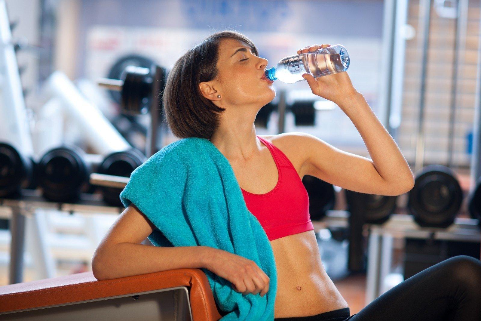 Можно ли пить воду во время тренировки в тренажерном зале?