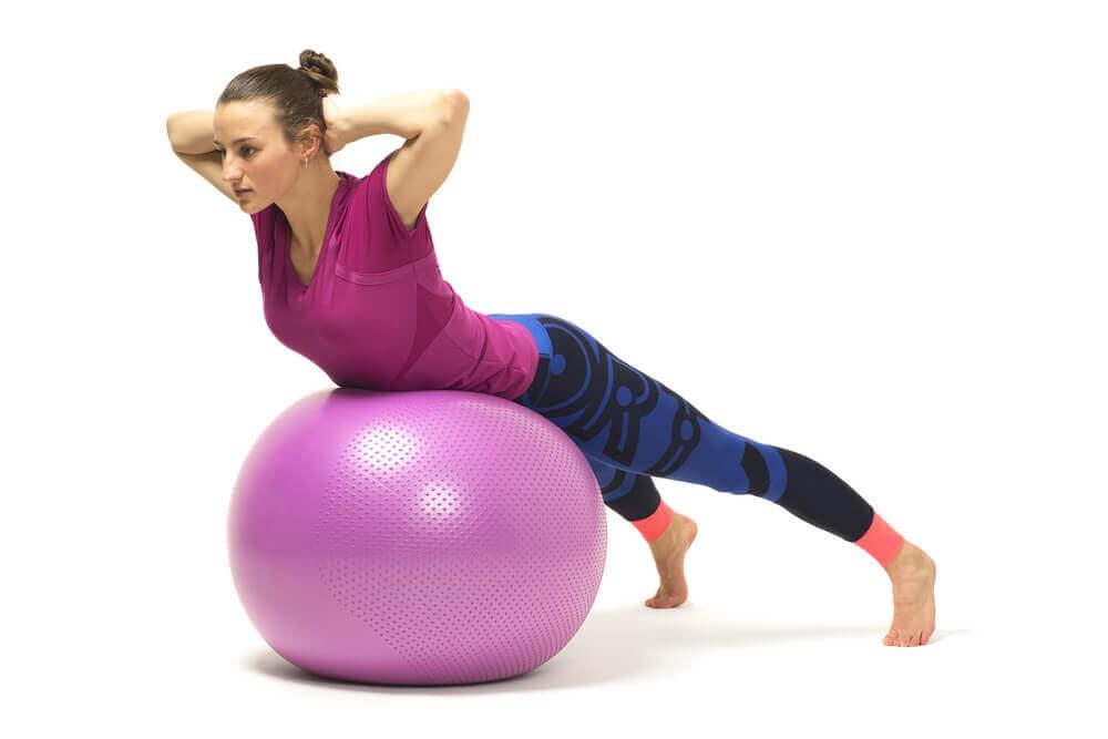 Упражнения для пресса на фитболе — 12 эффективных упражнений