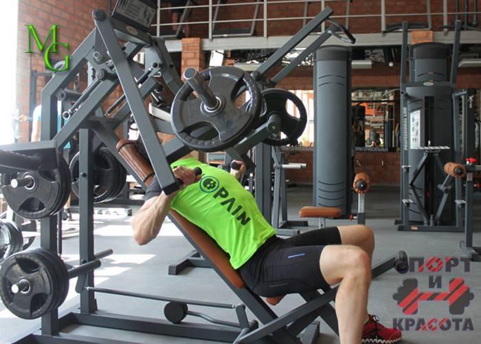 Жим в тренажере на плечи: техника выполнения жима сидя вверх одной и двумя руками