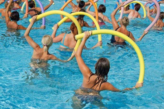 Занятия аквааэробикой в бассейне: упражнения на разные группы мышц для начинающих, советы и противопоказания