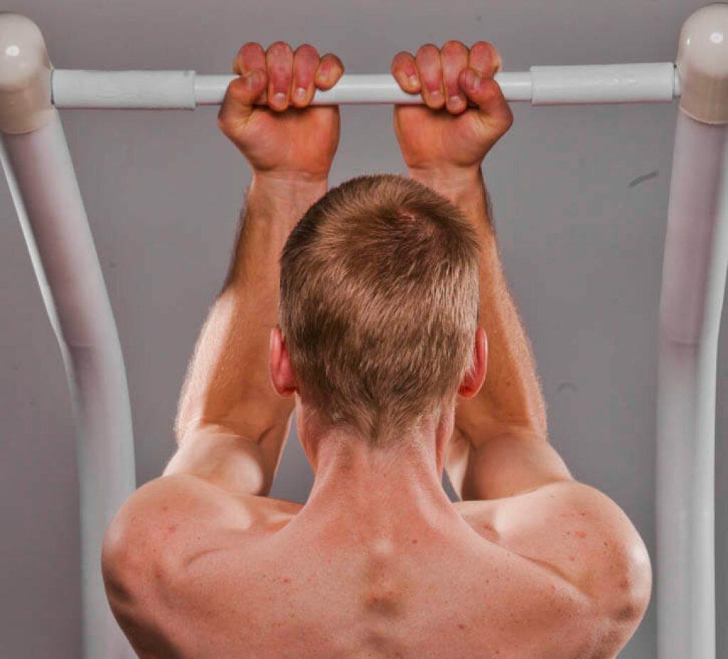 Как правильно подтягиваться на турнике, какие мышцы качаются