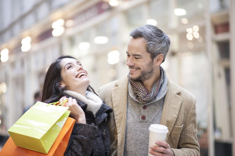 Как привлечь внимание мужчины: 8 способов