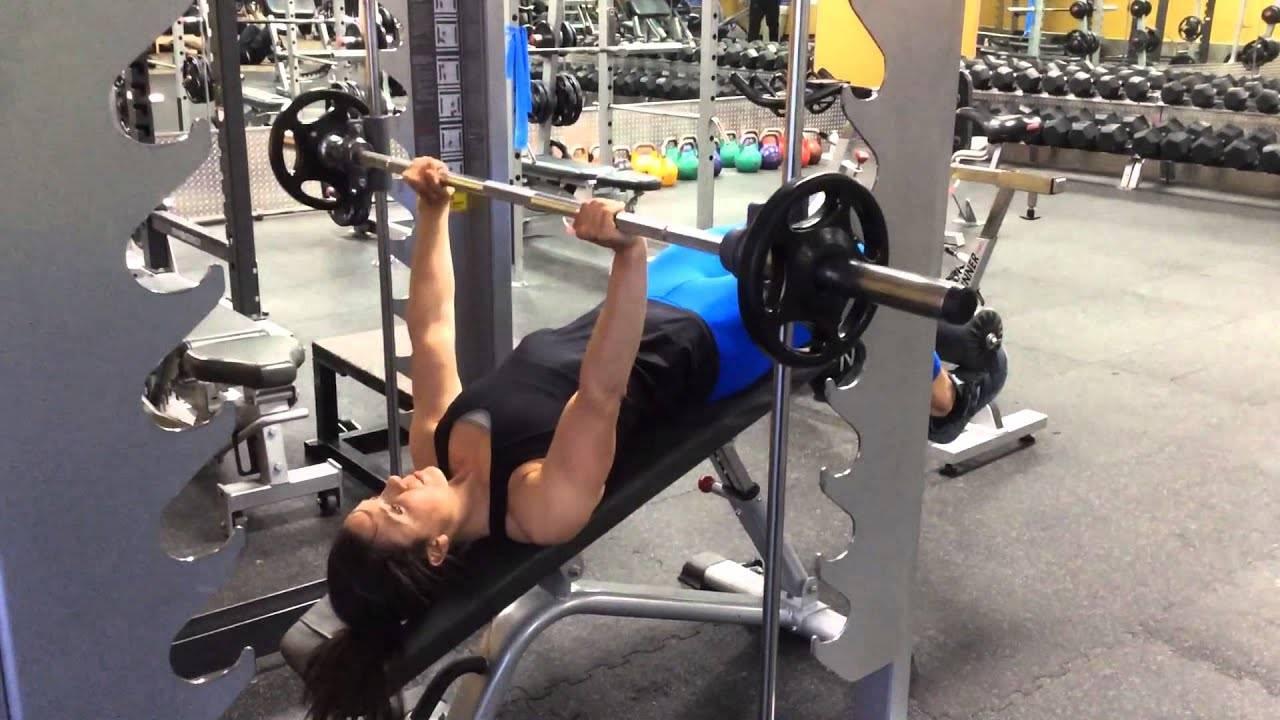 Вредные упражнения в зале: разгибания ног, жим/тяга блока из-за головы, присед в смите и другие