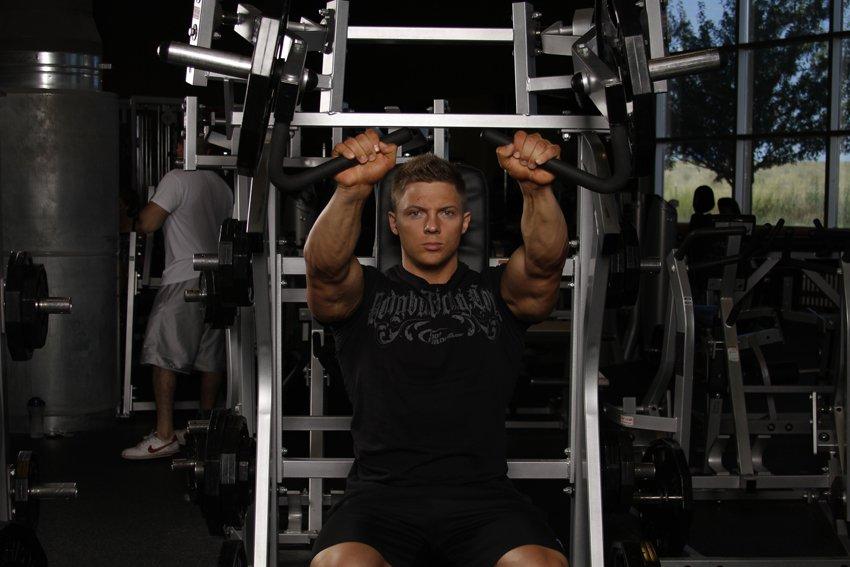 Жим в тренажере на плечи тренирует плечевой пояс [жим для плеч]