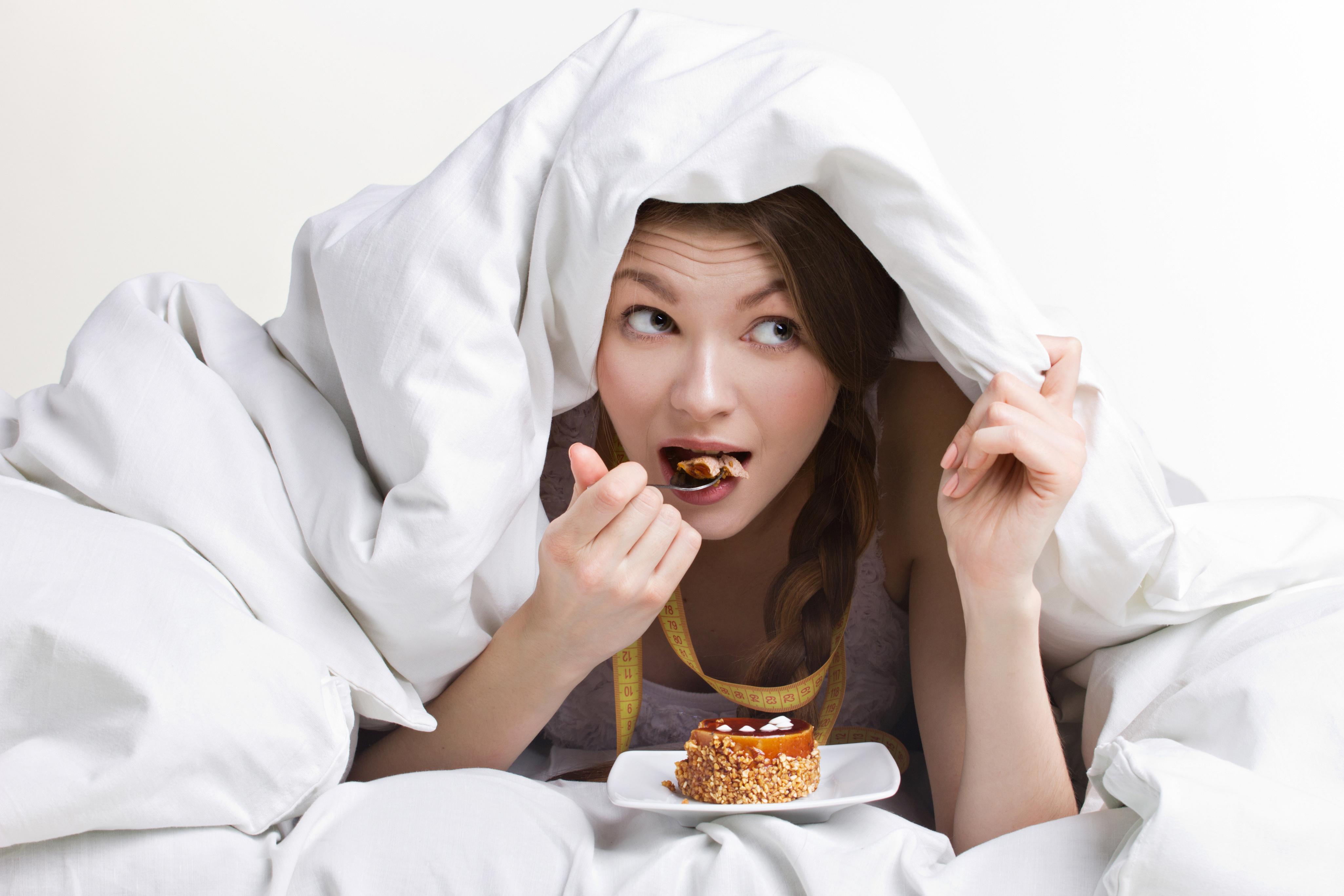 Что можно есть перед сном, а какие продукты нельзя, как прекратить есть вечером