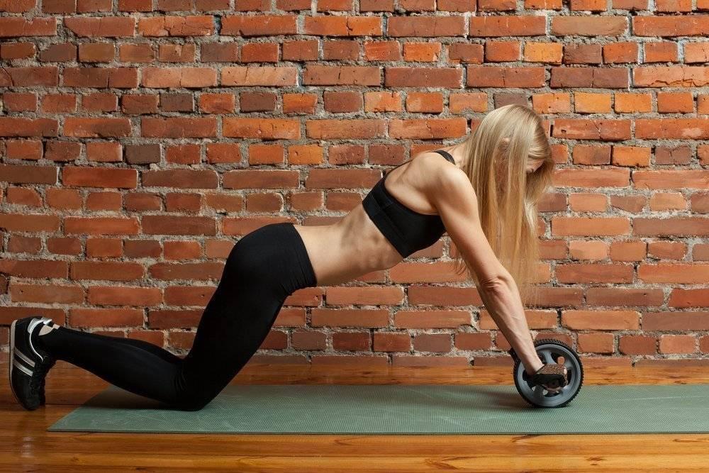 Упражнения для гимнастического ролика в домашних условиях, с помощью которых можно прокачать пресс женщине