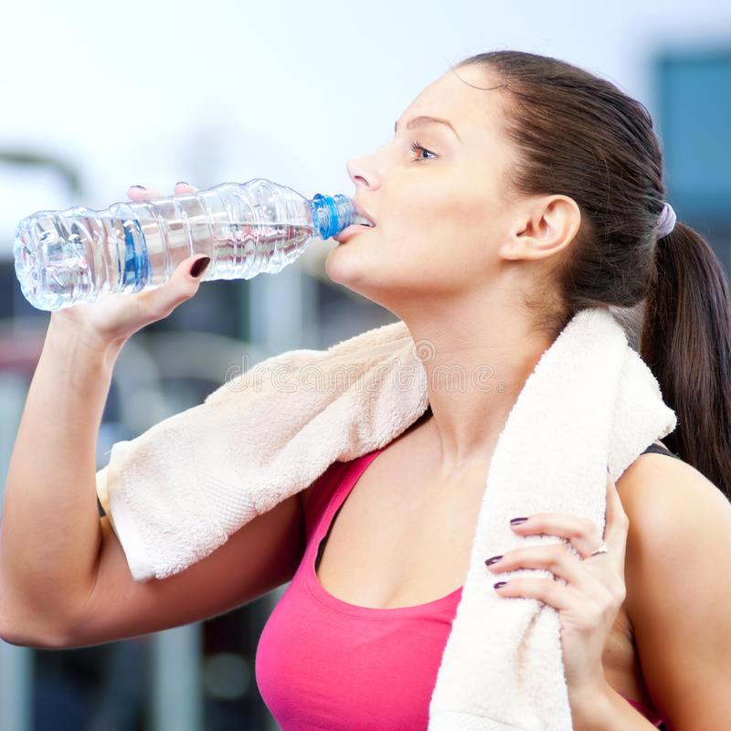 """Можно ли пить воду во время тренировки? мифы и реальность — журнал """"рутвет"""""""