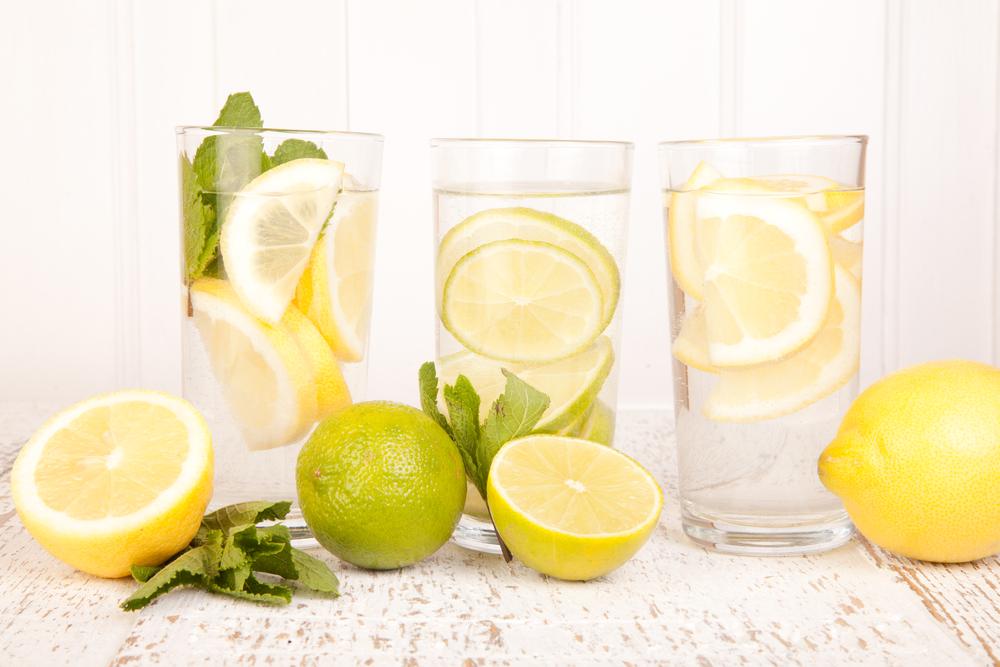 Чем полезна вода с лимоном, и можно ли ее пить натощак
