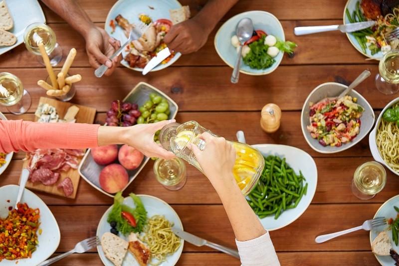 Разрушаем стереотипы: через сколько после, до и во время еды можно пить воду?