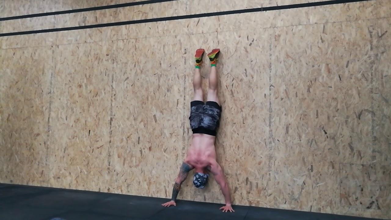 Отжимания в стойке на руках вниз головой у стены: как научиться делать вертикальные отжимания?