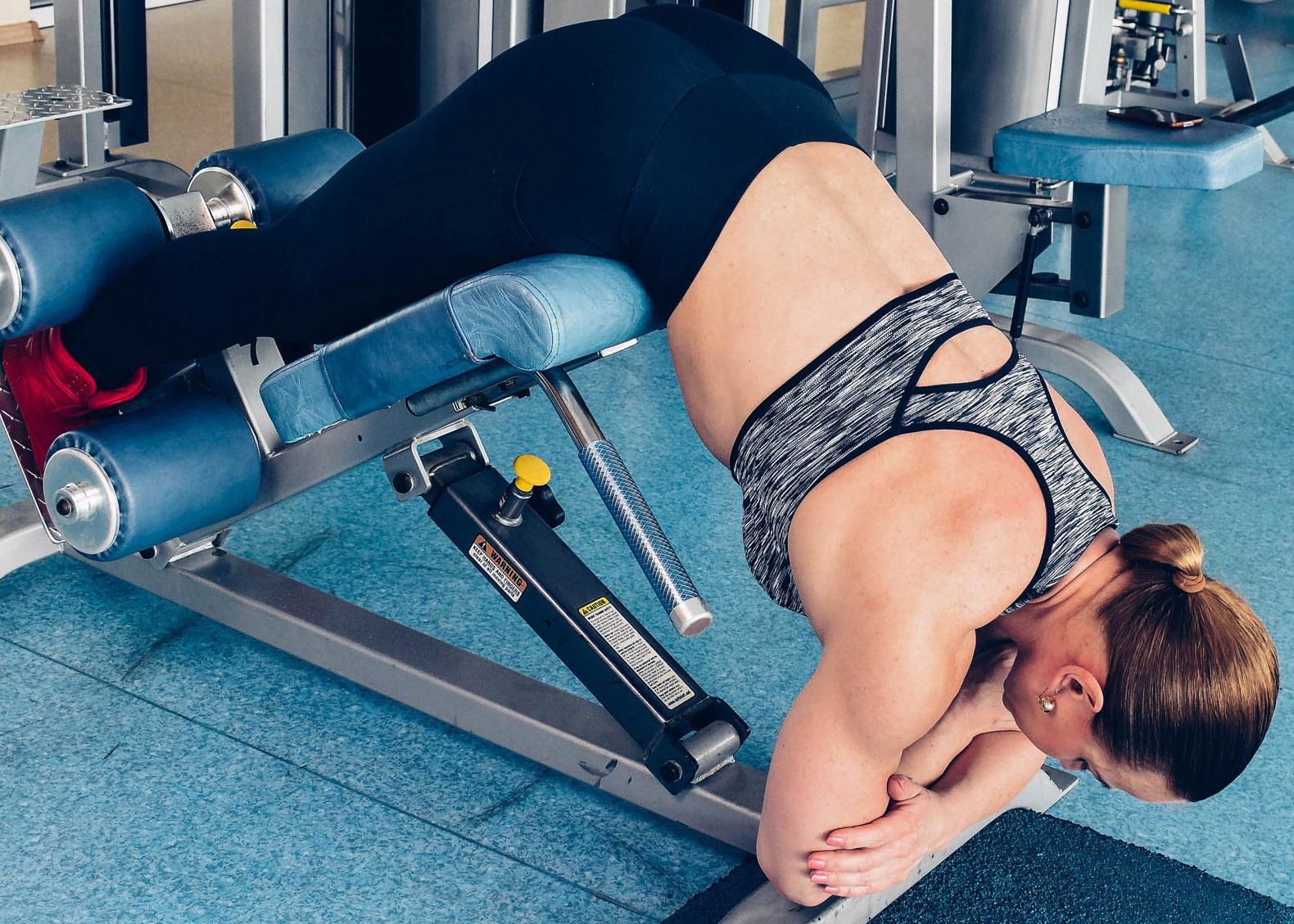 Упражнение гиперэкстензия: правильная техника выполнения на спину, ягодицы и бицепс бедра на тренажере, фитболе и дома на полу