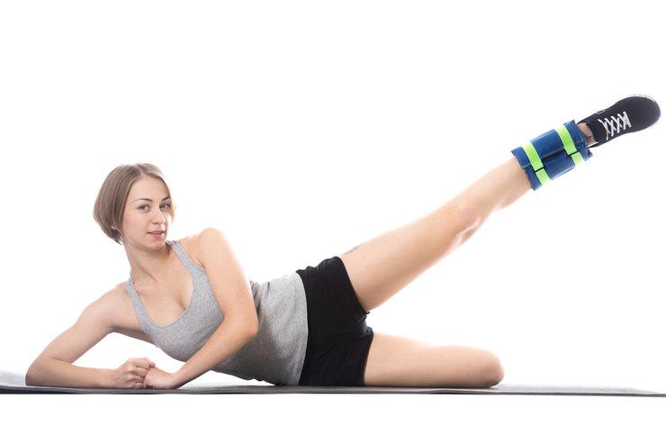 Одно из самых эффективных упражнений на ягодицы: махи ногами — 10 видов