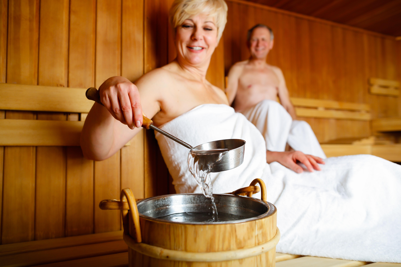 Как лечить простуду в бане: 4 верных средства