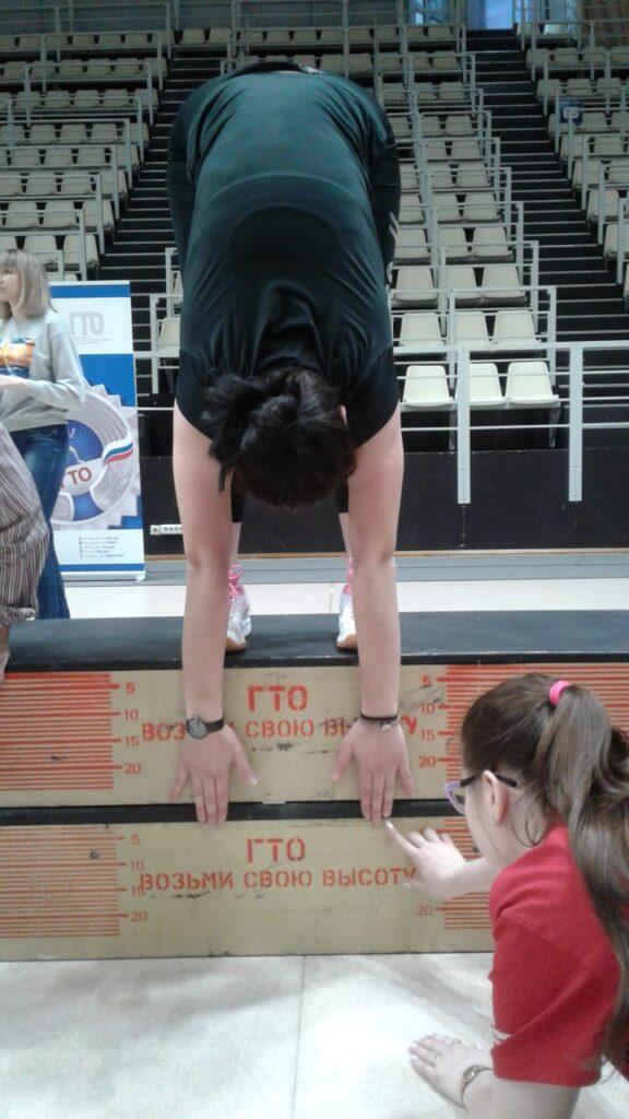 Наклон вперед из положения стоя с прямыми ногами на гимнастической скамье — центр тестирования вфск гто муниципального образования город краснодар