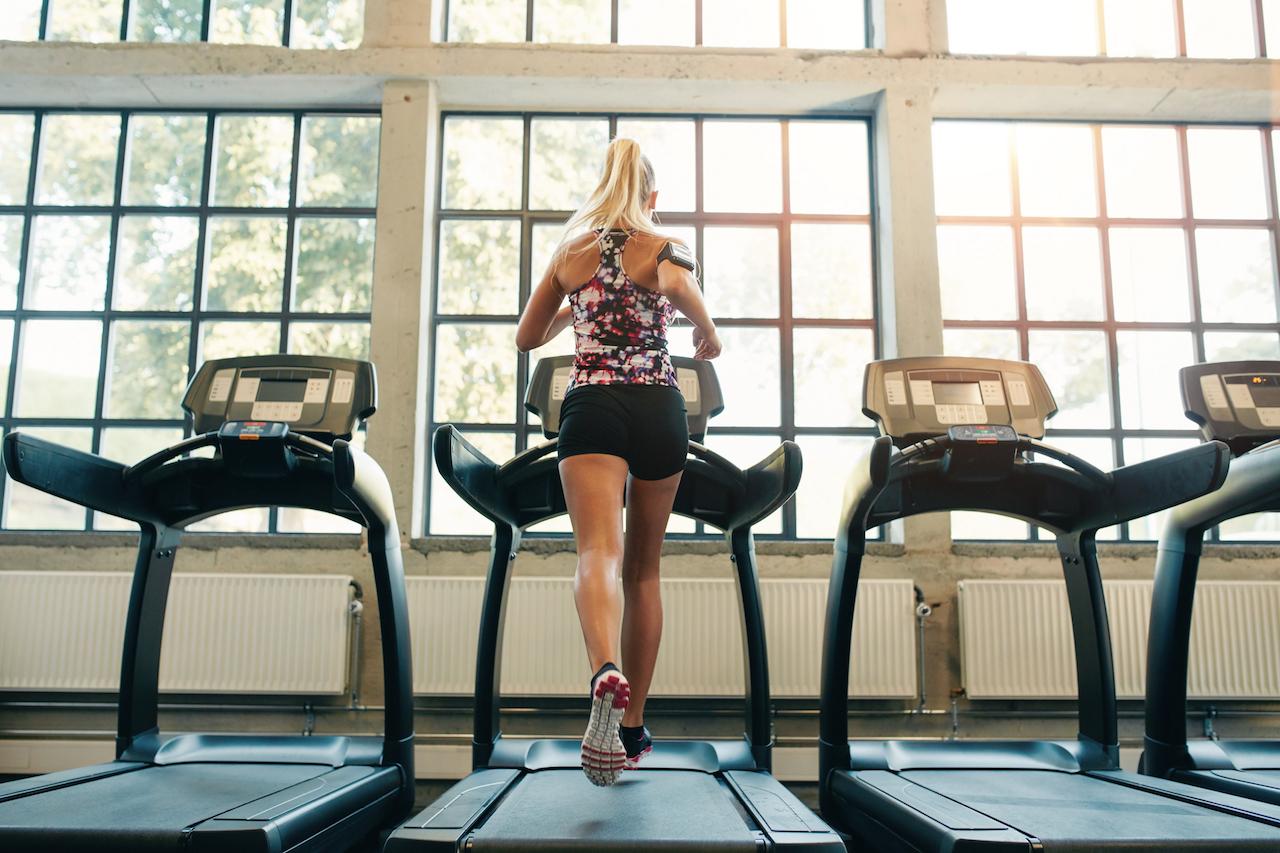 Польза и вред беговой дорожки для здоровья мужчин и женщин: что дает ходьба под наклоном и бег для похудения?