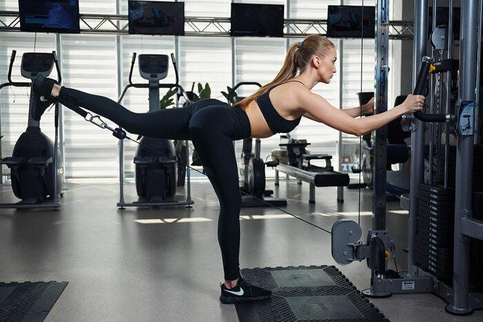 Отведение ноги в сторону в тренажере или кроссовере