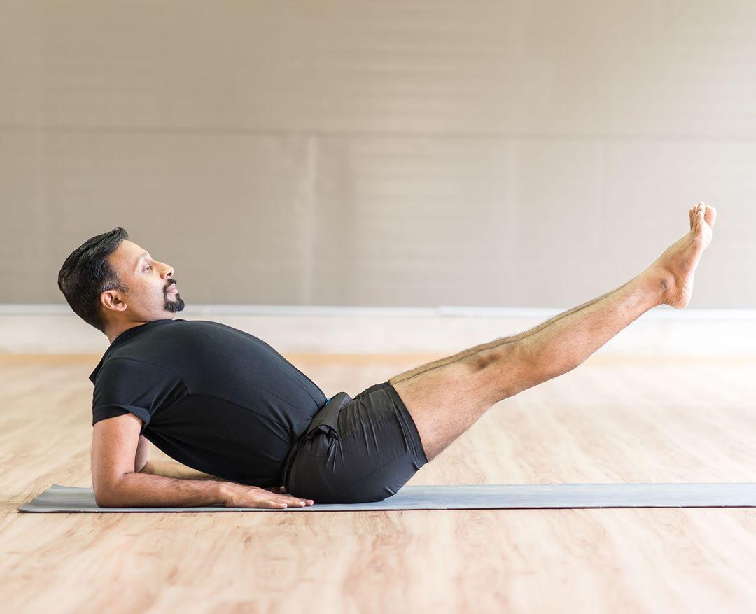 Поза ворона в йога (какасана): техника выполнения с фото и видео