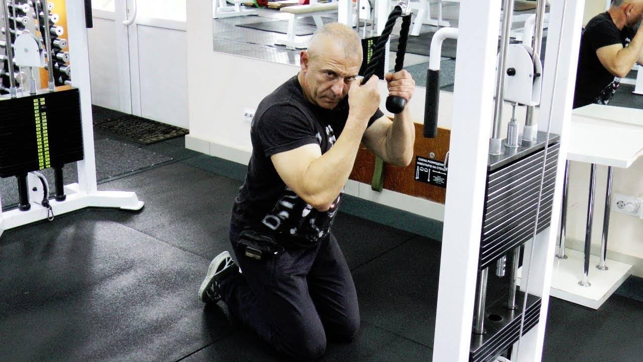 Тяга прямыми руками блоке стоя. как делать тягу верхнего блока прямыми руками и что она дает? проработка плечевых мышц в кроссовере
