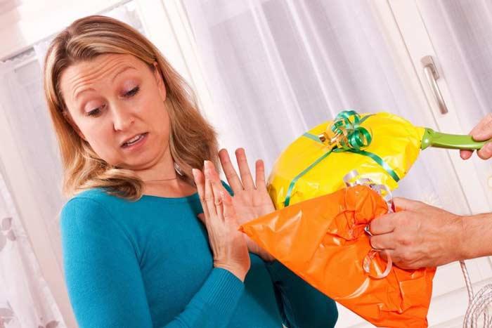 Никогда недарите это: 10худших подарков, которые мыбоимся найти под елкой