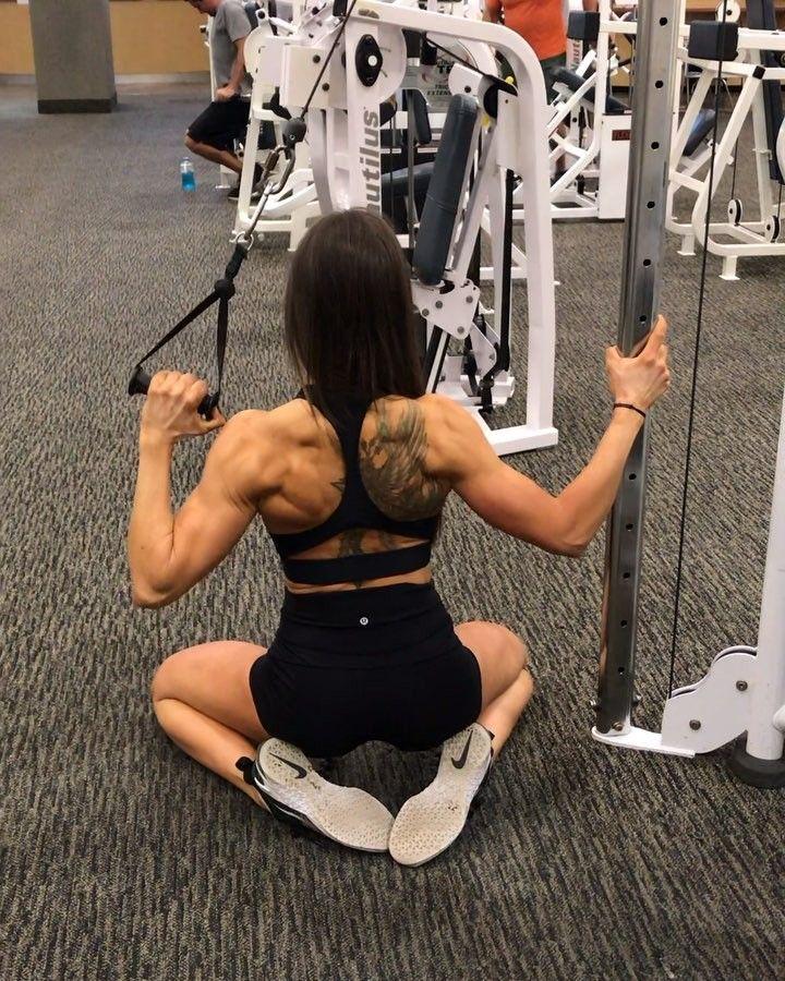 Лучшие упражнения на спину для девушек для дома и зала