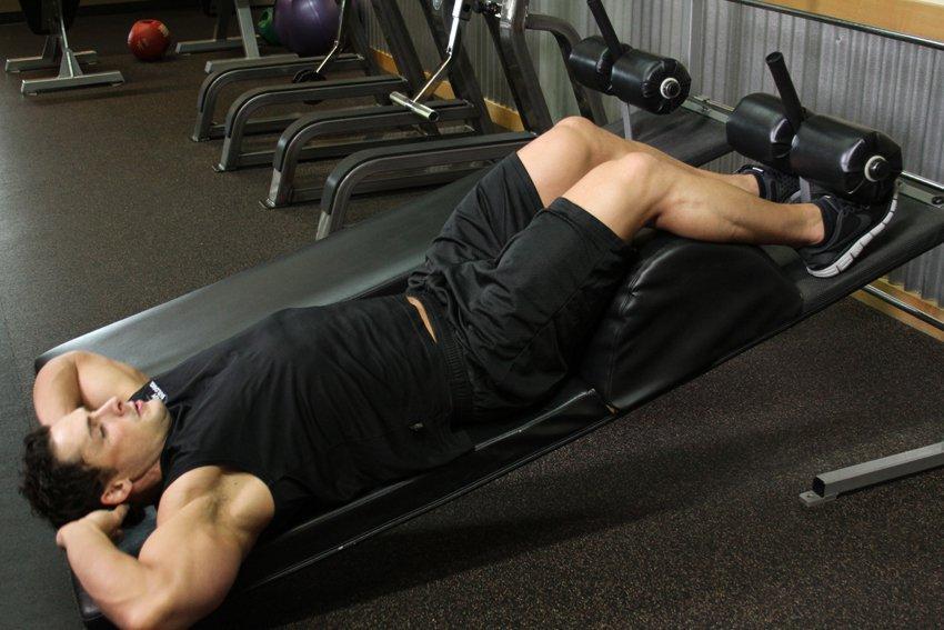 Подъем ног на наклонной скамье: лучшие упражнения для пресса и проработки рельефных кубиков, программа тренировки и рекомендованное количество повторений