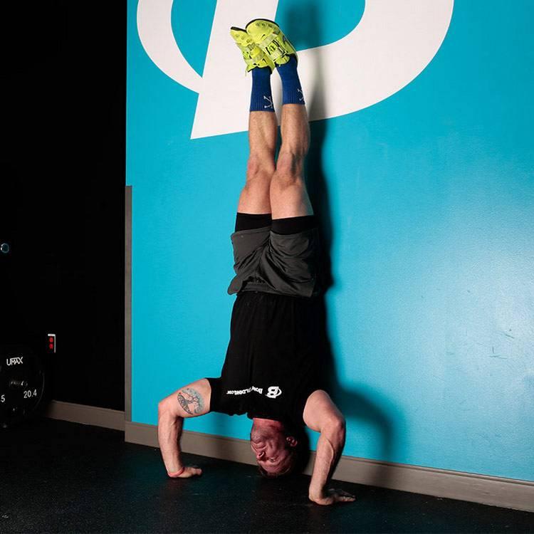 Отжимания от стены для девушек: какие мышцы работают, польза для женщин и правильная техника выполнения упражнения с упором на руках от вертикальной стенки