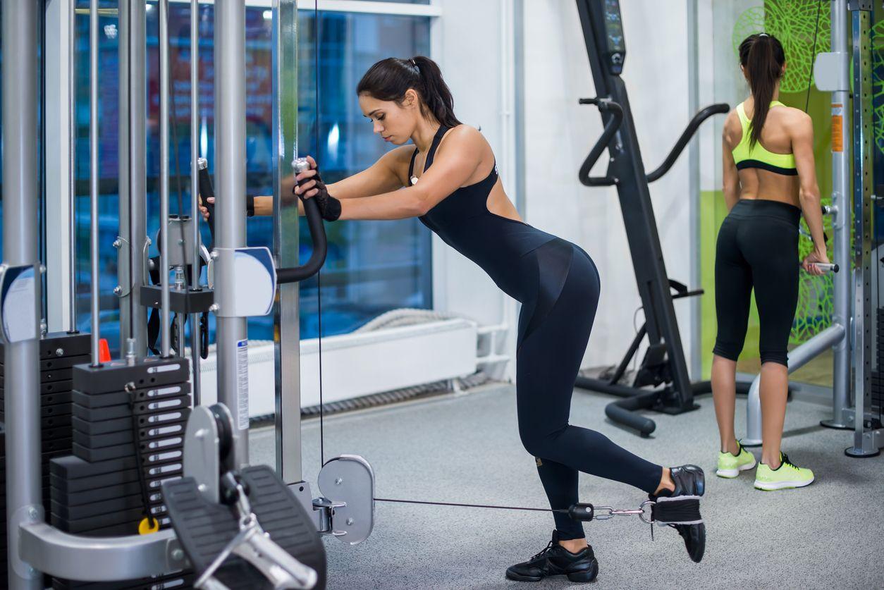 Выпады назад: техника выполнения каждой ногой для девушек и мужчин