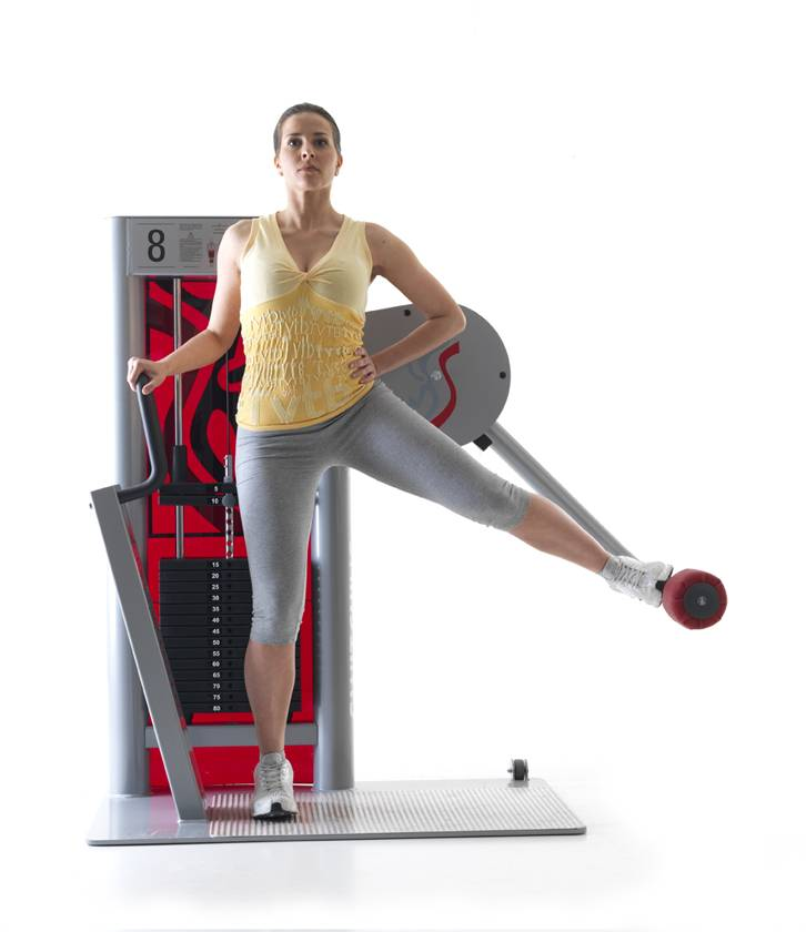 Отведение ноги назад в тренажере: варианты махов стоя и в упоре для ягодиц