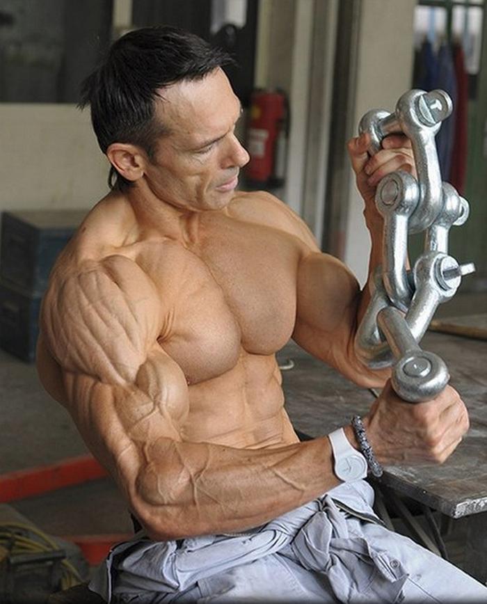 Можно ли жечь жир и растить мышцы одновременно?