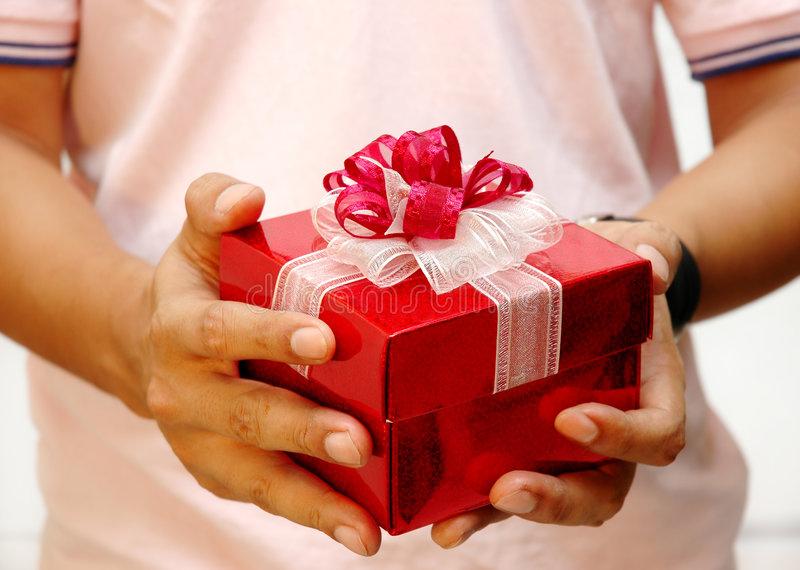 Какой подарок подарить девушке: предостережения и топ-8 советов